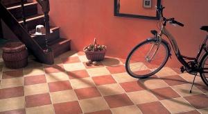 Rustykalna podłoga rodem z domku na wsi