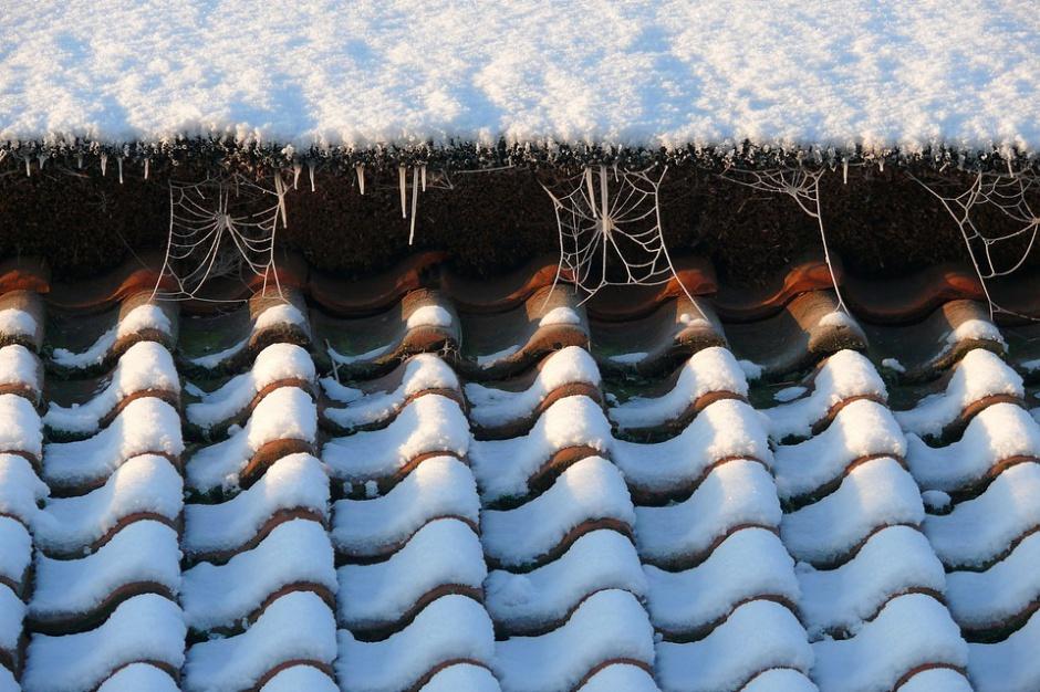 Odśnieżanie chodnika i dachu obowiązkiem właściciela nieruchomości