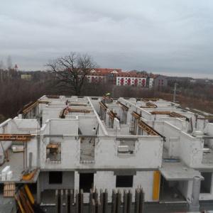 Parkowe Maślice czekają na montaż dachu