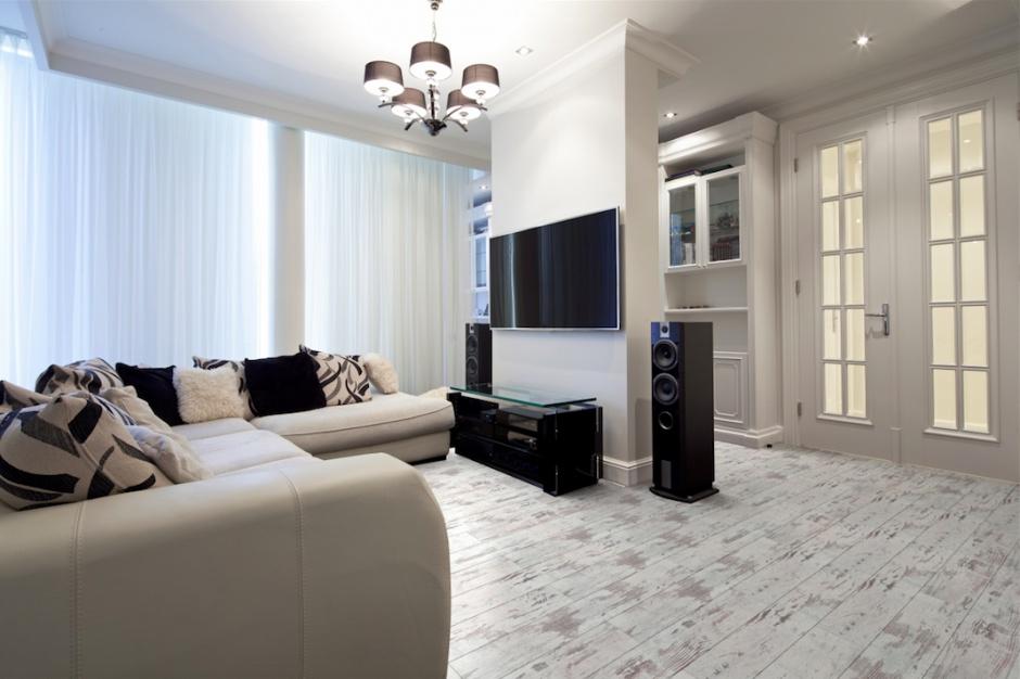 Podłoga w bieli sprawdza się w każdym stylu
