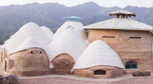 Dom z piasku i ziemi, który pachnie oceaniczną bryzą