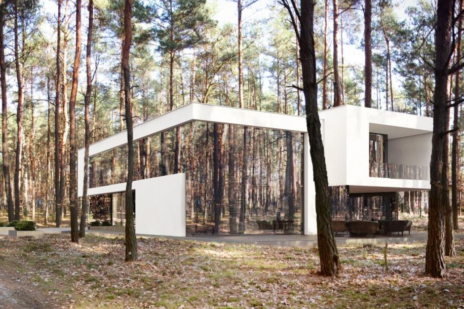 Lustrzany dom w środku lasu