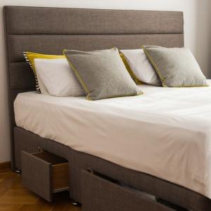 Angielskie łóżko w polskiej sypialni