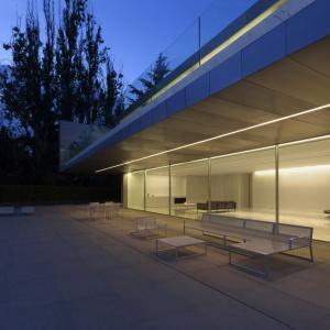 Aluminium House: Dom w kontraście i w zgodzie z naturą