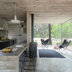 Beton i drewno w roli głównej. Zobacz dom nad oceanem