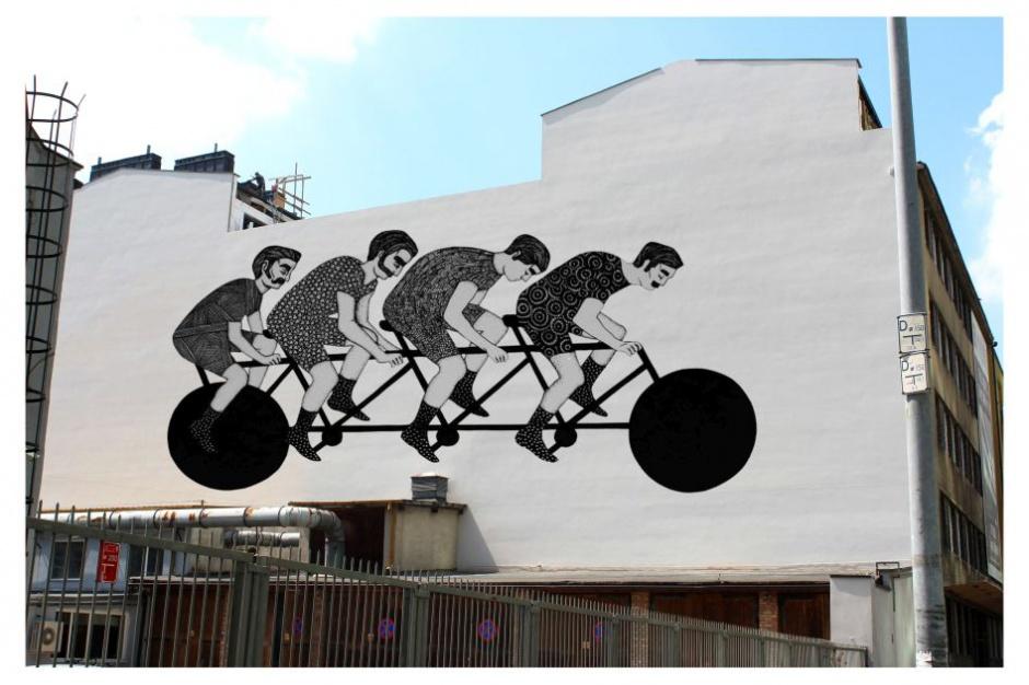 """Kamienicę Ogrodowa 65 ozdobi mural """"Cykliści"""""""