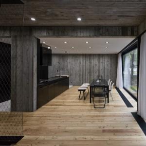 Dom nad Morzem idealnie łączy drewno, beton i blachę