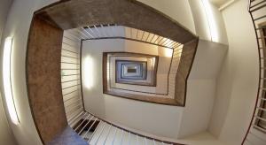 Jak stłumić hałas na klatce schodowej?