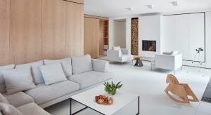 Nowoczesny apartament. Jasne wnętrze ocieplone drewnem