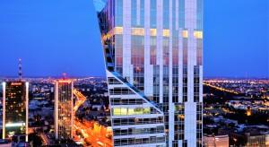 Złota 44 przekazuje urządzenie do pomiaru temperatury i podświetla fasadę apartamentowca
