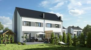 Trwa montaż więźby dachowej w domach w Rabowicach