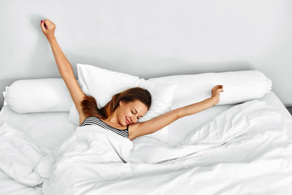 6 trików na przyjemne ochłodzenie w sypialni