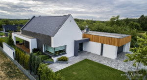 Dom w Konopiskach wpisany w naturalny krajobraz otoczenia