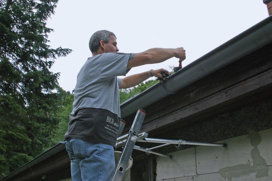Amatorzy prac wokół domu wkraczają do akcji. Czas na wiosenny przegląd drabiny ogrodowej