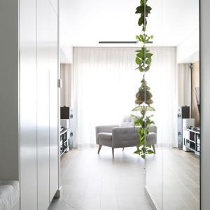 Pomysł na wnętrze. Monochromatyczne mieszkanie z kolorowymi akcentami