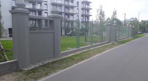 Vilda Park z zrekonstruopwanym ogrodzeniem z międzywojnia