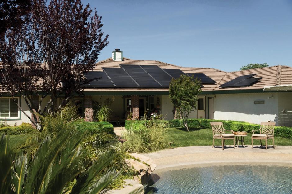 Montaż paneli fotowoltaicznych na dachu domu. Instalatorzy - zadbajcie o swoje bezpieczeństwo