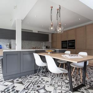 Londyński miks stylów w kuchni. Ciekawy pomysł na aranżację wnętrza