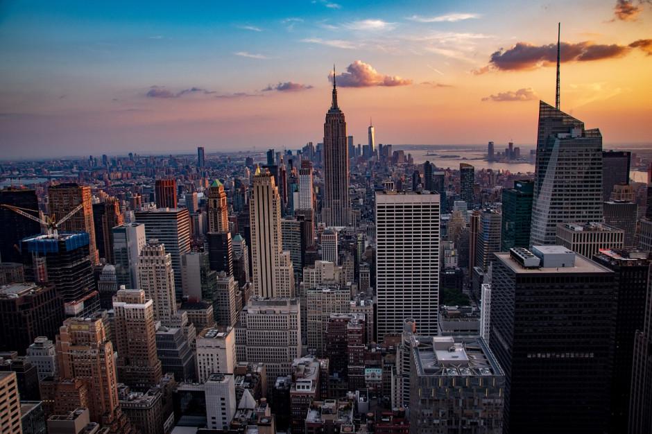 Bogaci nowojorczycy opuszczają rezydencje w mieście i dolatują tam helikopterami