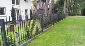 Ogrodzenie domu na pochyłym terenie. Co się sprawdzi?