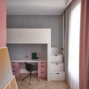 Rodzinny apartament na Wilanowie. Róż i zoom na detale