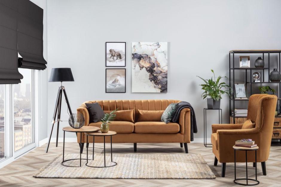 Funkcjonalna i stylowa. Jak udekorować sofę?