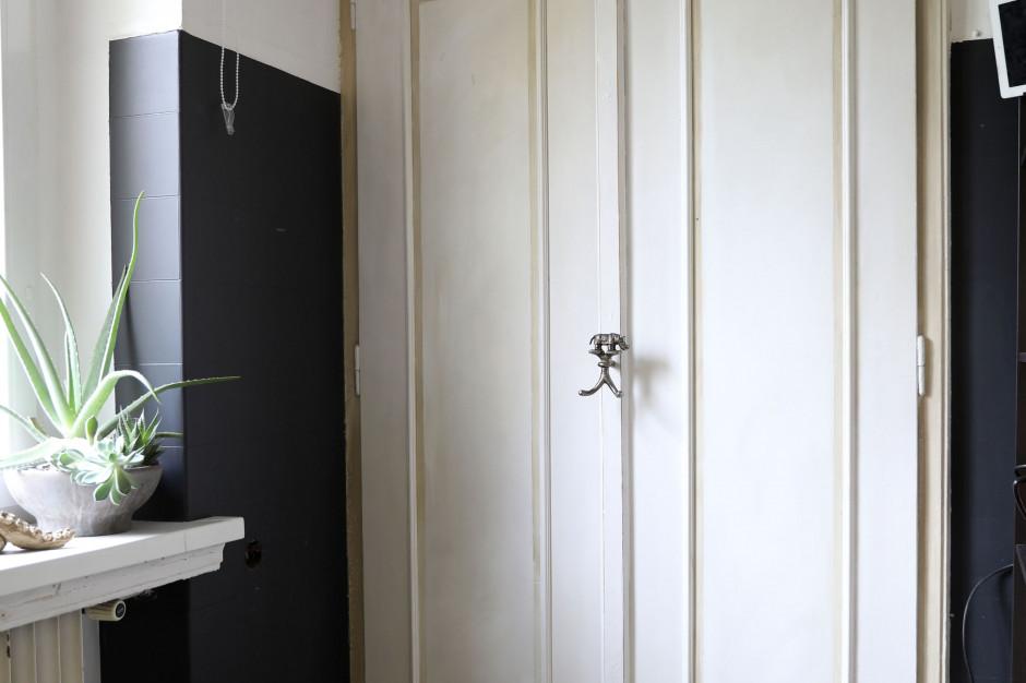 Co skrywają drzwi wiekowej szafy?