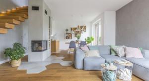 Beton z drewnem i ciepłymi akcentami w domu w Wawrze