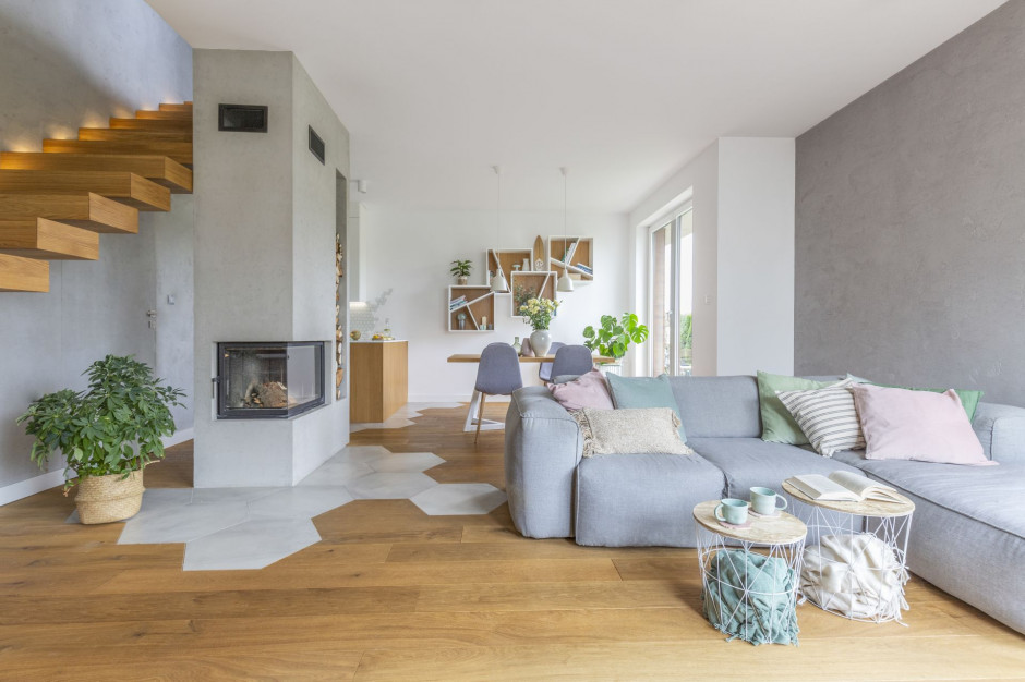 Beton, drewno i wzorzyste akcenty. Nowoczesny dom na warszawskim Wawrze