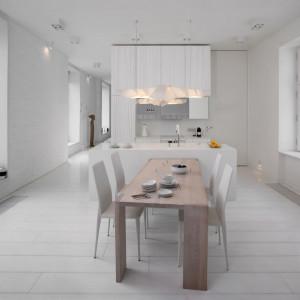Biel, faktura i światło. Oto przestronny apartament w starej kamienicy