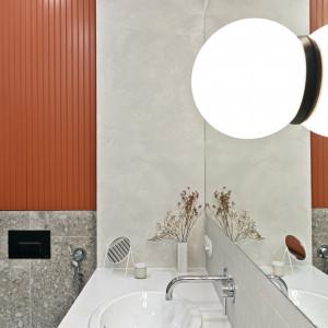 Nowoczesne mieszkanie w odcieniach bieli i czereśni. Pomysł na modne wnętrze