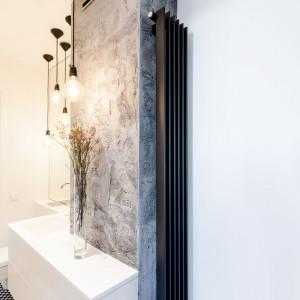 Nieśmiertelna biel w nowoczesnym apartamencie