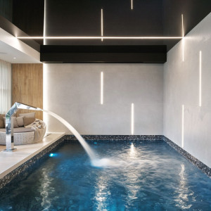 Tak urządzono nowoczesny dom z basenem