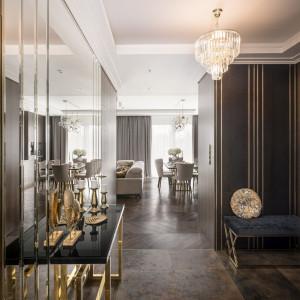 Złoto i kolory ziemi. Zobacz jak urządzono luksusowy apartament
