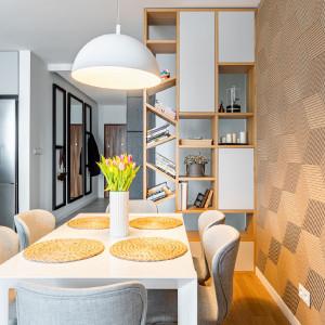Szarość i dąb. Zobacz funkcjonalne mieszkanie we Włochach