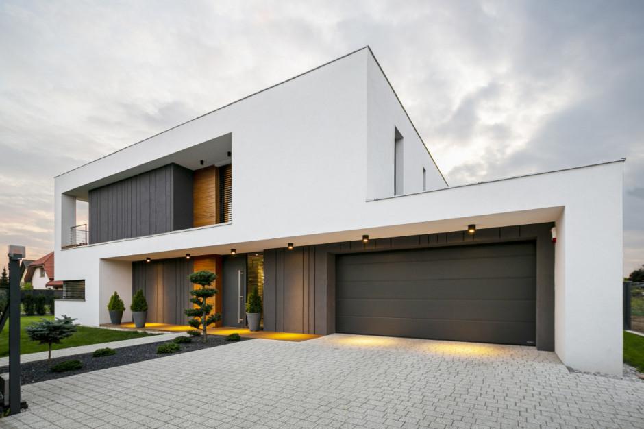 Budowa domu. Biała elewacja na topie