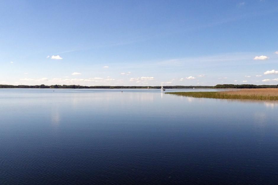 Osada nad jeziorem Pozezdrze: Rodzinne Inwestycje sprzedają działki na Mazurach