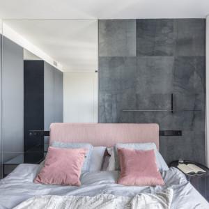 Nowoczesne mieszkanie w odcieniach szarości ocieplone drewnem