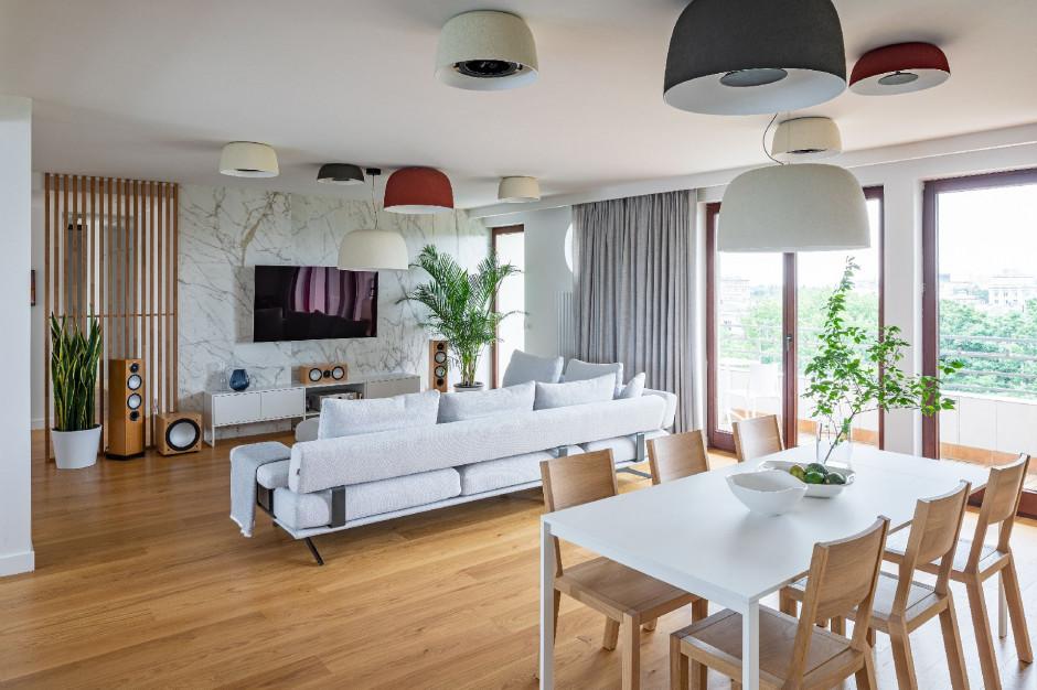 Jasny apartament w Warszawie urządzony w nowoczesnym stylu
