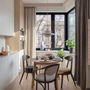 Dwupoziomowy apartament z tarasami. Tak urządzono wnętrza