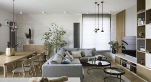 Drewno i niebieskie akcenty - apartament od MIKOŁAJSKAstudio